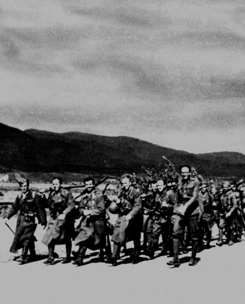 Soldaten der Armee des Slowakischen Nationalaufstands marschieren im Kampf gegen die deutsche Besatzungsmacht, Anfang September 1944. (c) Militärarchiv, Bratislava.