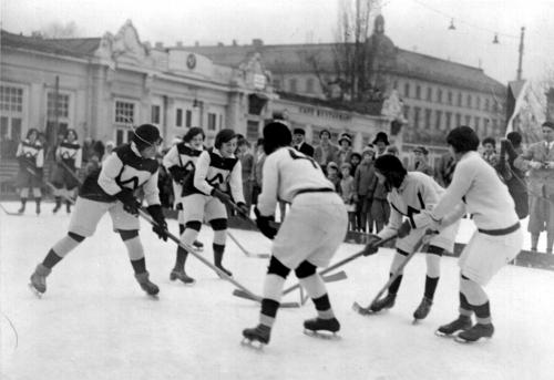Das erste weibliche Eishockeyteam in Österreich, 1930/31. © Wiener Eislauf-Verein