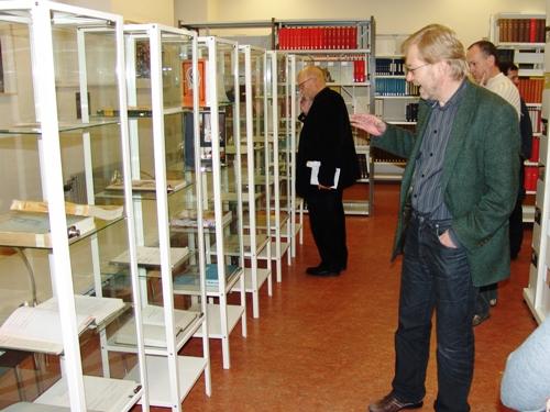 Dr. Albert Müller bei der Führung durch die Ausstellung