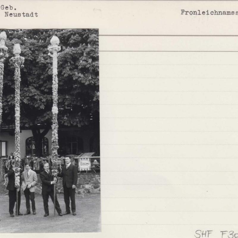 Fotographie der Fronleichnamsstangen im Rohr im Gebirge (NÖ), um 1965